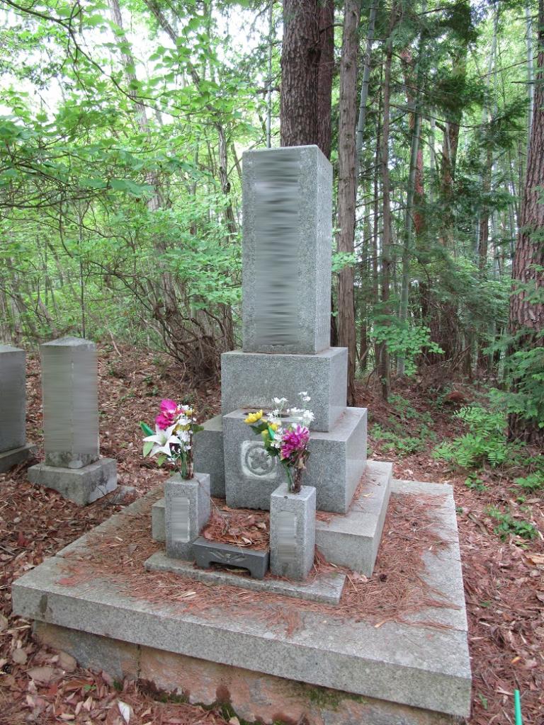 山のお墓正面